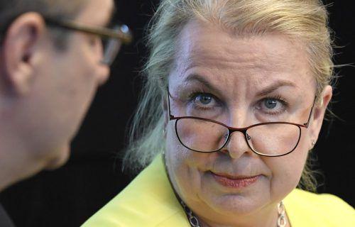 FPÖ-Sozialministerin Hartinger-Klein verteidigte, dass Mitarbeiter Überstunden nicht mehr unbegründet ablehnen dürfen.APA