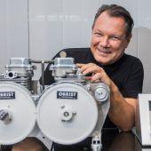 """<p class=""""caption"""">Frank Obrist mit dem Motor, der keine Vibrationen erzeugt. Der HyperHybrid soll weltweit für die Elektrifizierung des Durchschnittsbürgers sorgen. VN/Steurer</p>"""
