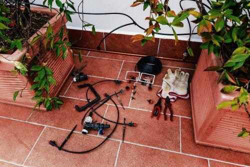 Für die Bewässerung am Balkon sind unterschiedlich komplexe Systeme erhältlich.