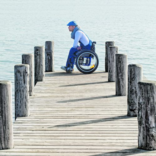 Für manche HSP-Betroffenen bedeutet die Erkrankung ein Leben im Rollstuhl. Der tatsächliche Verlauf ist allerdings individuell und schwierig einzuschätzen. J. Sturm