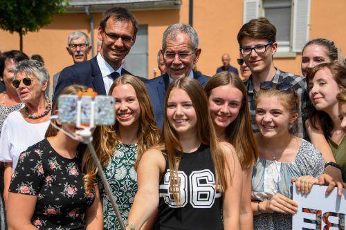 Gefragte Sache beim Bad in der Menge am Vorplatz des Montforthauses war ein Selfie mit Präsident Alexander Van der Bellen und LH Markus Wallner. VN/Lerch