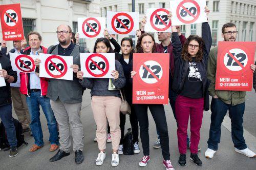 Gegen den Zwölf-Stunden-Tag und die 60-Stunden-Woche regt sich Protest, zuletzt vor dem Bundeskanzleramt in Wien. APA