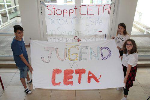 """Gökhan Dogan, Selma Husic und Nathaly Kreuzer wollen mit der Aktion """"Jugend gegen CETA"""" Aufklärungsarbeit leisten. VN/JS"""