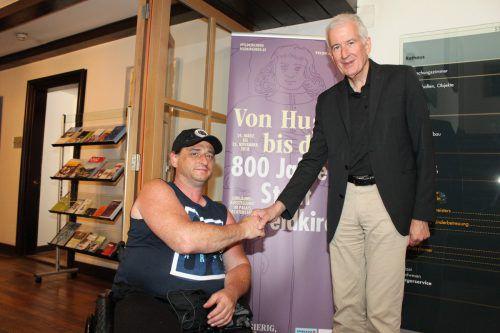 Handbiker Michael Schmid (l.) und Bürgermeister Wilfried Berchtold. Stadt