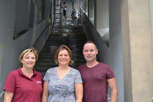 Heidi Fuchs, Susanne Dörflinger und Patrick Amann (v.l.) engagieren sich bei der Sanierung des Stiegenaufgangs. BI