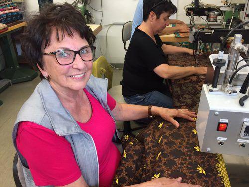Herta Siegl sitzt noch oft selbst an der Steinpressmaschine und appliziert Strass-Steine auf die Stoffe. VN/KUM