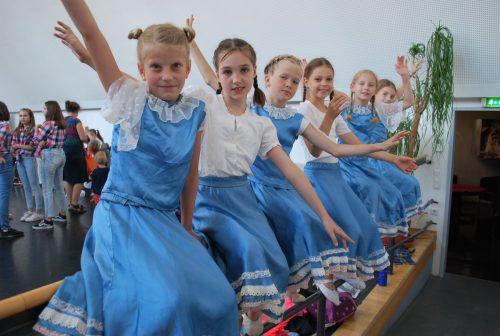 Hinter der Bühne stimmten sich die Tanzschüler auf den großen Auftritt auf der Spielboden-Bühne ein. erh