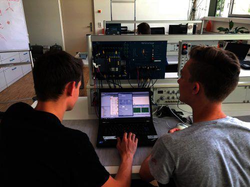 Im Elektrolabor der Lehrwerkstätte der Elektrotechniker können die kleinen und großen Besucher das Programmieren von Kleinsteuerungen üben. illwerke vkw