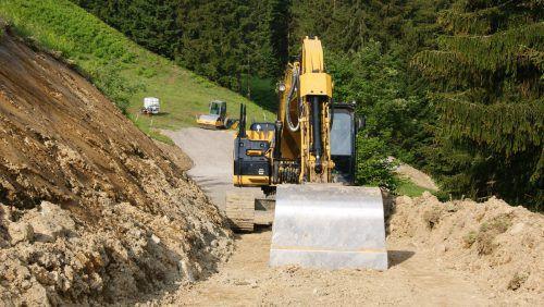 Im Zuge des Erschließungsprojekts Muttkopf wird der Forstweg verbreitert. EP