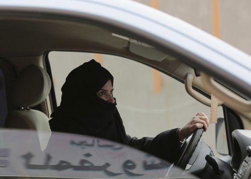 In den vergangenen Wochen wurden die ersten Führerscheine für Frauen ausgestellt. AP
