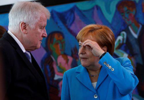 Innenminister Seehofer geht auf maximalen Konfrontationskurs zu CDU-Chefin und Bundeskanzlerin Merkel. reuters