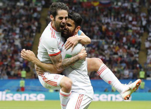 Isco (l.) bejubelt den entscheidenden Treffer von Diego Costa gegen Iran.ap