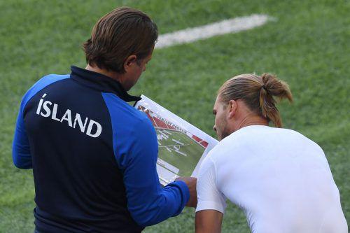 Islands Co-Trainer Helgi Kolvidsson ruft dem in der zweiten Spielhälfte eingewechselten Rurik Gislason noch einmal den Matchplan in Erinnerung.afp