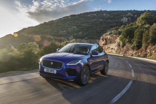 Jaguar erweitert das Motorenangebot für das kompakte SUV-Modell E-Pace um einen neuen Basisbenziner. Die neue Variante AWD P200 kombiniert einen 200 PS und 340 Newtonmeter starken Zweiliter-Vierzylinder mit Allradantrieb und Neungang-Automatik. Damit soll der bereits bestellbare 1,8-Tonner in 8,2 Sekunden aus dem Stand auf 100 km/h sprinten.