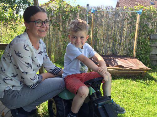 Julia Hämmerle freut es, dass es ihrem Sohn Philipp derzeit gut geht. Das Kind hat auch schon andere Zeiten hinter sich.   VN/kum