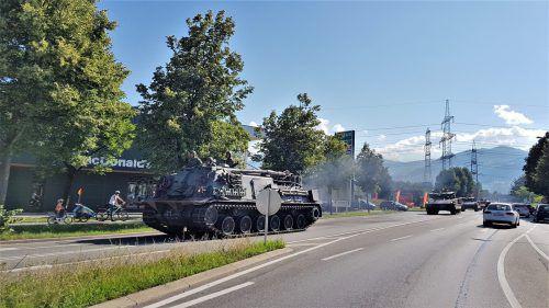 Kampfpanzer auf der Rankweiler Langgasse: seltenes Bild für Fahrzeuglenker. ETU