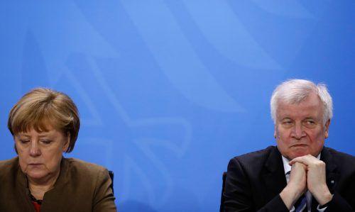 Kanzlerin Angela Merkel geht auf Horst Seehofers Frist ein, die Stimmung zwischen CDU und CSU bleibt aber schlecht. AFP