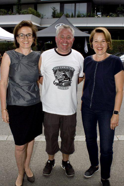 Karin Seyfried (l.), Sunny Fäßler und Bürgermeisterin Andrea Kaufmann.