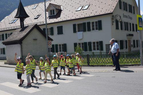 Kindergartenkinder und Schüler übten bereits das sichere Überqueren des neuen Schutzwegs in Bings. Stadt