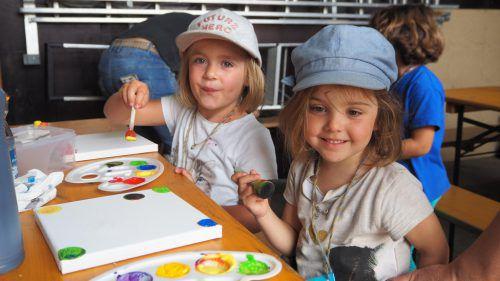 Kleine Künstler ganz groß am Werk: Sophia und Leonie. Christof Egle