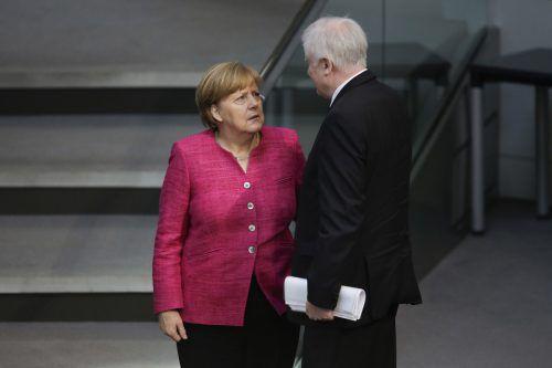 Seehofer will einen nationalen Alleingang, Merkel lehnt diesen ab.AP
