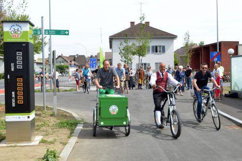 Landesrat Johannes Rauch sowie die Bürgermeister Herbert Sparr (Höchst) und Reto Friedauer (St. Margrethen, v.l.) testen den neuen Radweg. VLK
