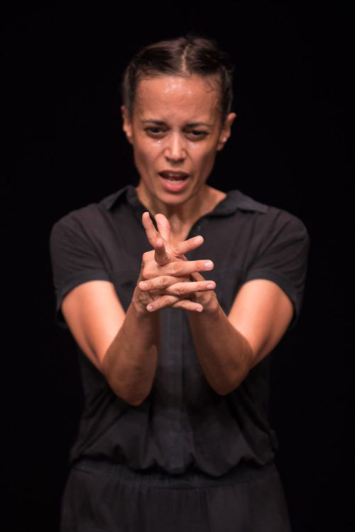 Laurence Yadi präsentiert ihr Solo aufgeladen mit der persönlichen Geschichte. gregory batardon