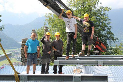 Lehrlinge der Firmen Bertsch und Liebherr montierten die Dachkonstruktion. Vn/JLO