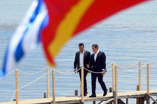 Mazedoniens Premier Zaev (l.) und der griechische Regierungschef Tsipras hatten die Einigung zwischen ihren Ländern vor einigen Tagen auf den Weg gebracht.AFP