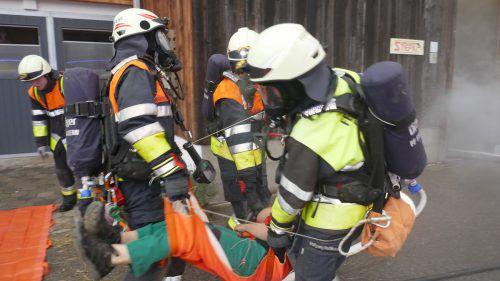 Mehr als 90 Feuerwehrleute des Löschkreises Vorderland probten in der Berggemeinde Fraxern den Ernstfall. SAN