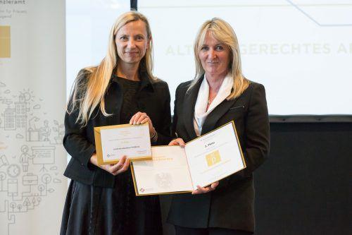 Ministerin Juliane Bogner-Strauß (l.) übergab den Preis an Susanne Knaus.