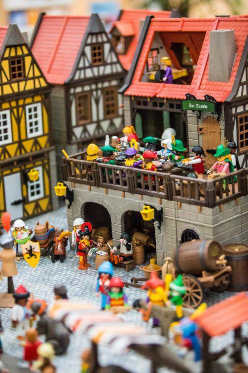Mit Playmobil-Figuren wird die Geschichte der Stadt dargestellt.