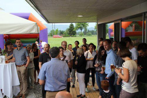 Mitarbeiter und Partner feierten den Einzug ins neue Firmengebäude.Fa/Mia