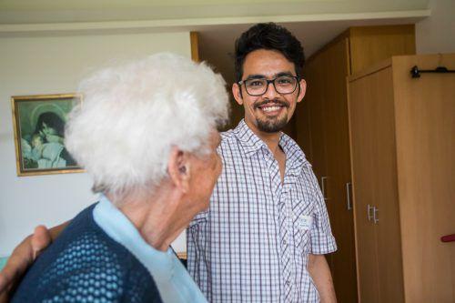 Immer mehr Flüchtlinge befinden sich in einem Job. Mustafa Wafayi lässt sich zum Beispiel zum Altenpfleger ausbilden (die VN berichteten im Juni 2018). VN/Steurer