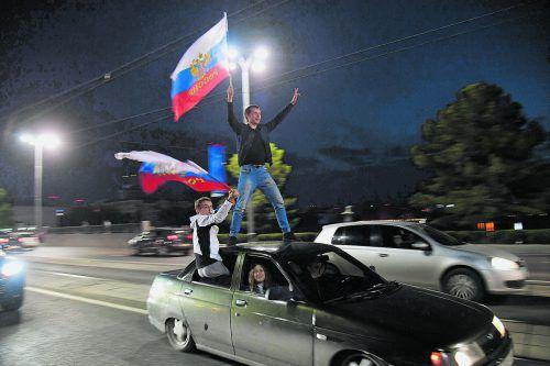 Nach den zwei Siegen bei der WM feierten russische Fans ihre Nationalmannschaft euphorisch. Die Weichen Richtung Achtelfinale sind gestellt.afp