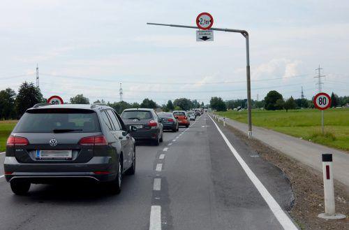 Neue Abbiegespur in Richtung Kreisverkehr zur Reduzierung des täglichen Staus.STD