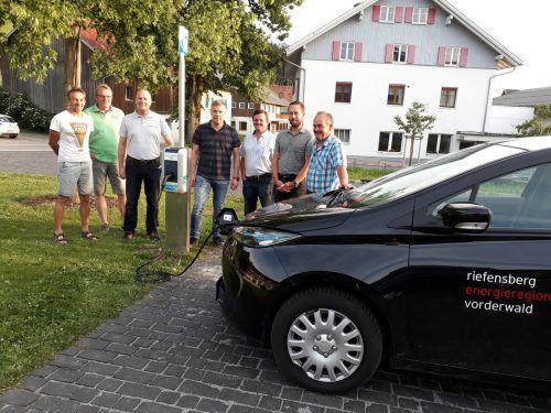 Neue Ladestation Riefensberg: Walter Maurer, Anton Hartmann, Klaus Demarki (VKW/Vorarlberg Netz), Herbert Fink (Elektrotechnik), Kurt Faißt, Ulrich Schmelzenbach und Anton Raid.