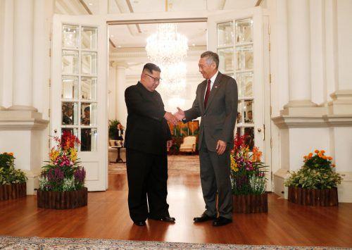 Nordkoreas Machthaber Kim Jong-un traf am Sonntag auf Singapurs Premier Lee Hsien Loong. Am Dienstag wird er mit Trump zusammenkommen. RTS