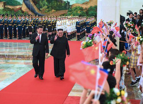 Nordkoreas Machthaber (rechts) war zu Gast bei Xi Jinping in Peking. AFP