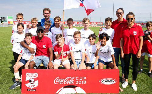 Österreichs Fußballstar David Alaba sowie die ÖFB-Teamspielerinnen Laura Feiersinger und Manuela Zinsberger gratulierten der Mannschaft des FC Hard zum fünften Platz. privat