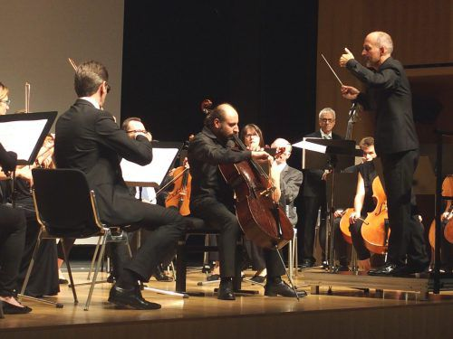 Orchesterverein unter Benjamin Lack mit dem Cellisten Alexandr Karakhanyan. JU