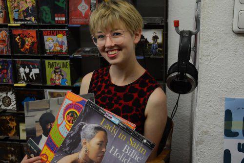 Philomena Juen beim Stöbern im Musikladen in Feldkirch. Marion Hofer