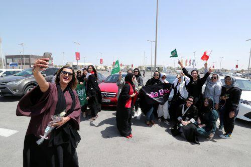 Saudi-Arabien war das letzte Land, in dem Frauen nicht Auto fahren durften. Viele setzten sich gleich nach Mitternacht ans Steuer. Reuters