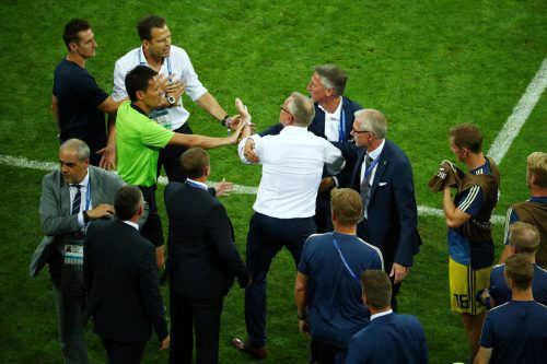 Schwedens Trainer Janne Andersson muss zurückgehalten werden.Reuters