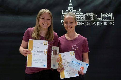 So sehen Siegerinnen aus: Melissa Herburger und Verena Gmeiner von der Höheren Lehranstalt für wirtschaftliche Berufe in Bezau gewannen den ersten Preis.VN/Paulitsch