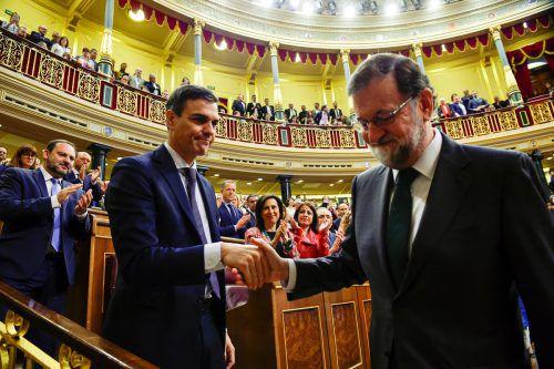 Sozialist Sánchez (links) übernimmt die Regierungsgeschäfte des abgesetzten Rajoy. reuters