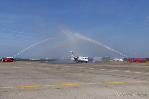 Standesgemäß mit einer Wasserfontäne wurde der Sun-Air-Jet am Bodensee-Airport in Friedrichshafen begrüßt. BSF