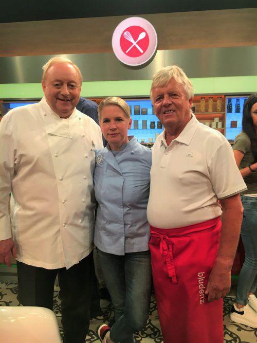 """Starkoch Alfons Schuhbeck (l.) und Jurorin Cornelia Poletto lobten bei der ZDF-Kochshow """"Die Küchenschlacht"""" die Käsknöpfle von Karl-Heinz Martin (r.). Martin"""