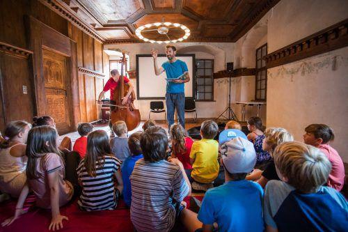 """Tobias Fend und Nikolaus Feinig fesselten ihre Zuseher mit """"Die verrückte Hutjagd"""", einer Lesung mit Musik. VN/Steurer"""