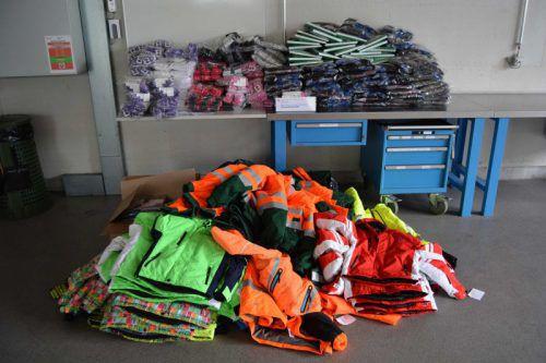 Vermutlich gestohlen: Diese Sport- und Arbeitskleidungen im Wert von 10.000 Franken wurden in einem bosnischen Kleinbus sichergestellt. KAPO
